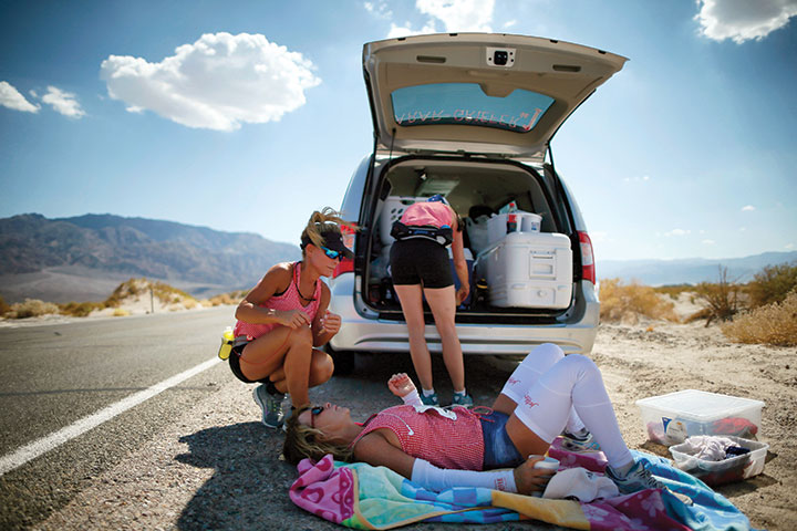 Shannon in the extreme heat of the 2013 Badwater 135 in Death Valley, California. Photos by Lucy Nicholson/Reuters
